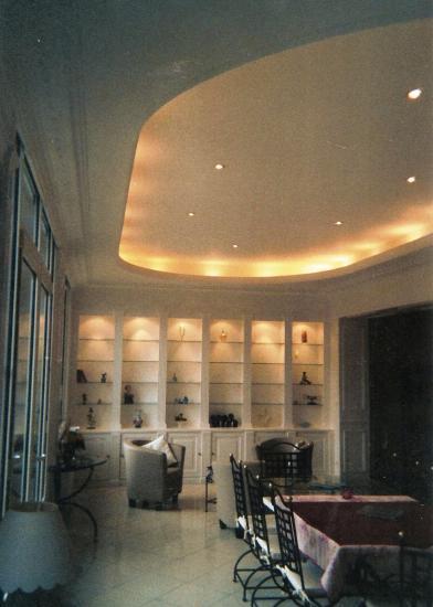 vitrine, plafond,et corniche lumineuse